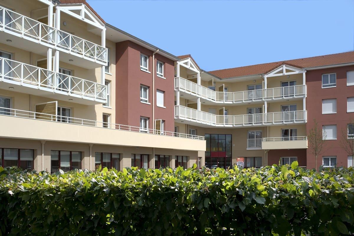 exterieur-residence-senior-Montrond-les-bains