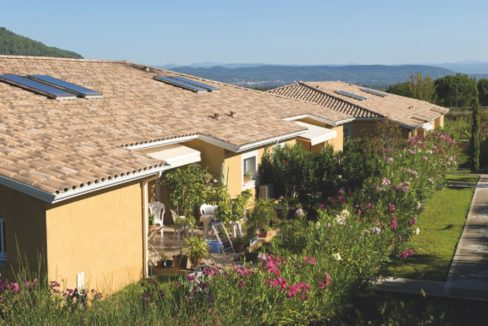 exterieur-residence-senior-gonfaron-senioriales