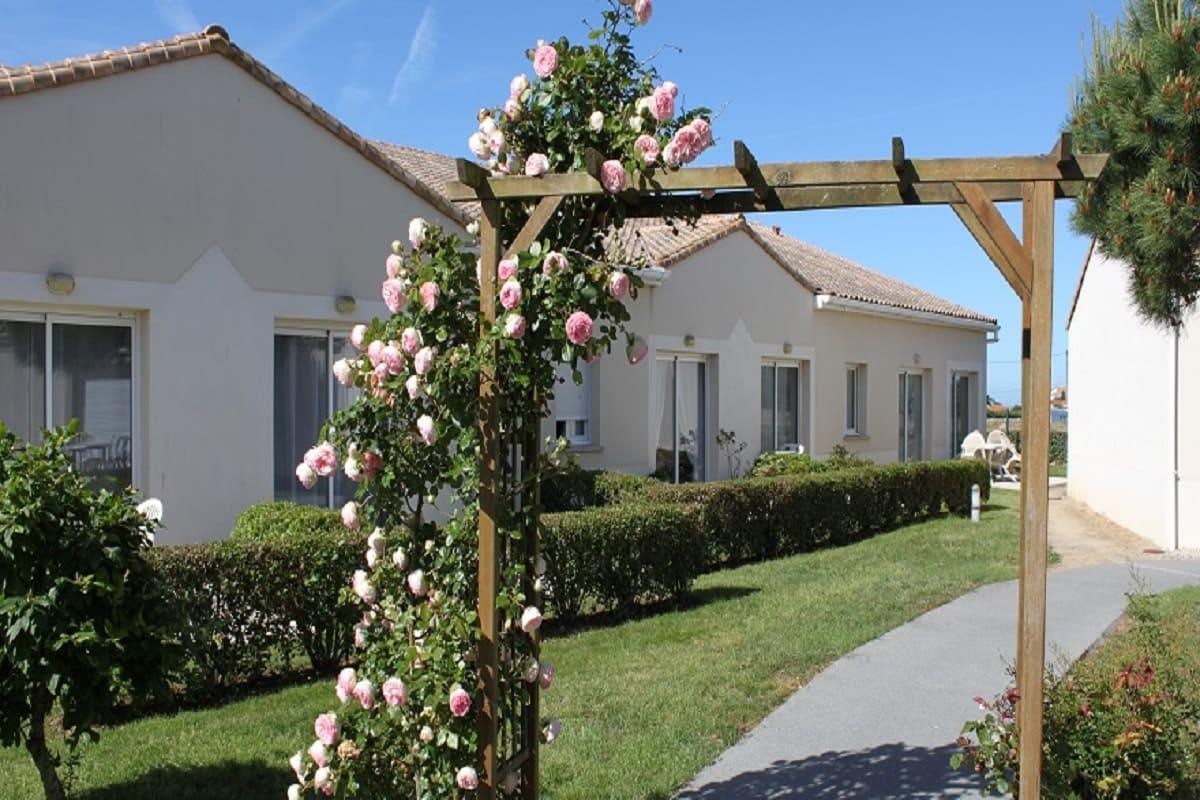 exterieur-residence-senior-sables-dolonne-les-residentiels