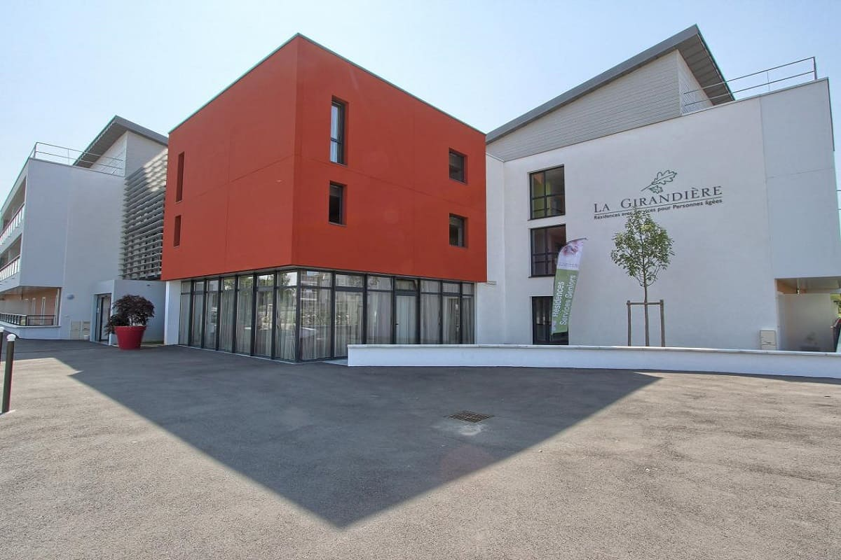 facade-exterieur-residence-senior-olivet-girandieres