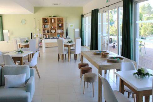 salon-commun-residence-senior-medicis-senioriales