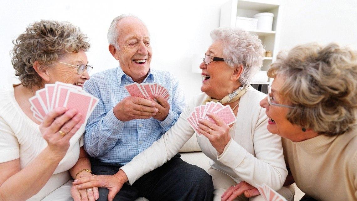 seniors qui jouent aux cartes