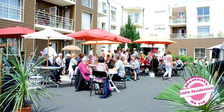 les-residentiels-niort-residence-senior-dejeuner-a-them