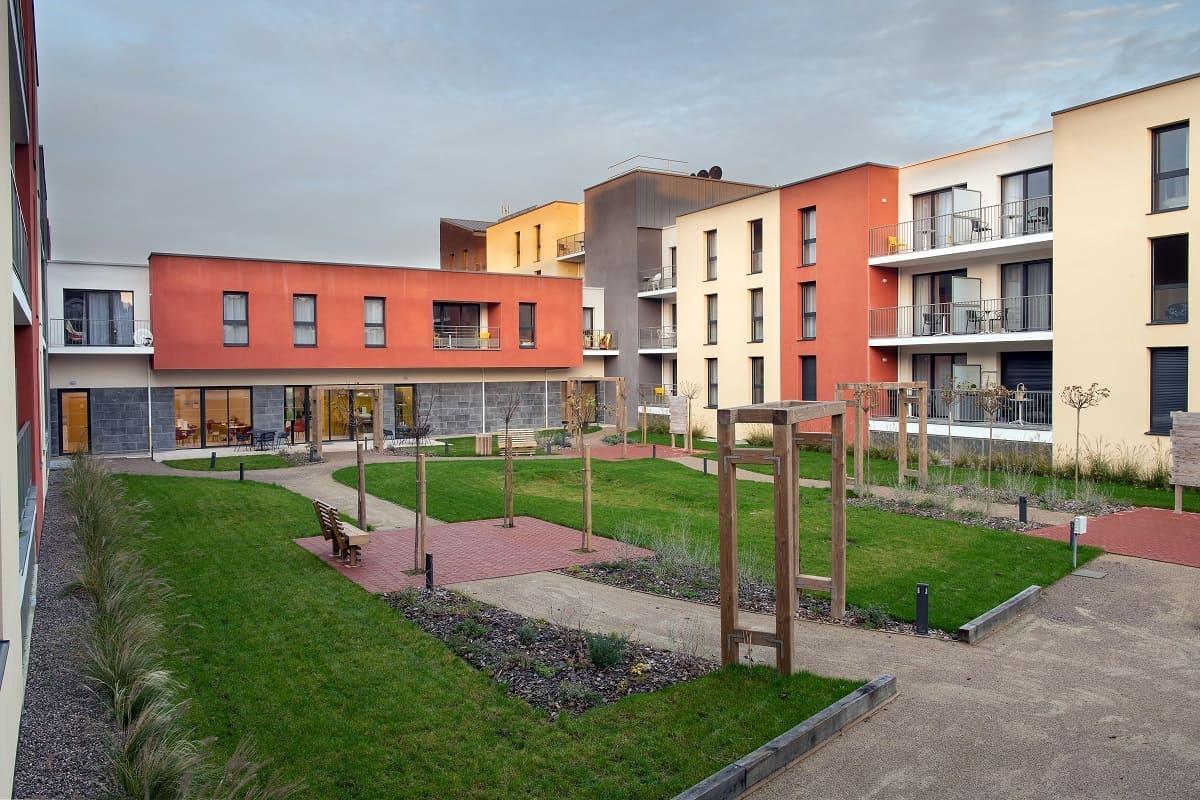 facade-exterieur-residence-senior-le-fil-de-soie-domitys
