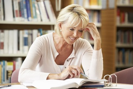 senior qui étudie