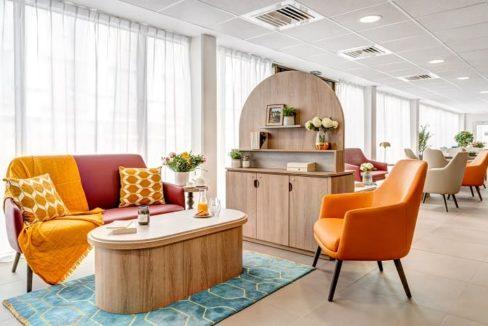 salon-commun-residence-senior-massy-girandieres