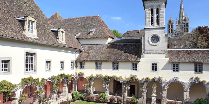 villa-medicis-autun-cour