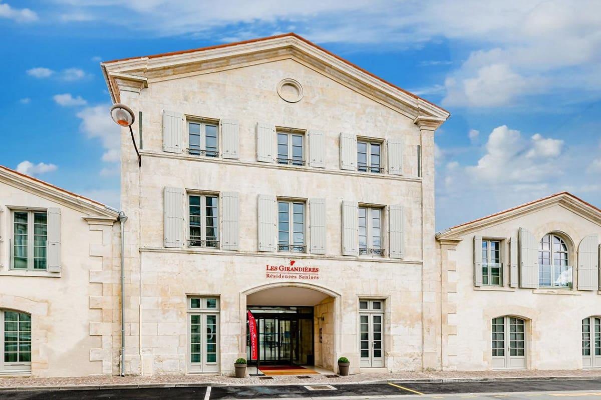 facade-residence-senior-cognac-girandieres