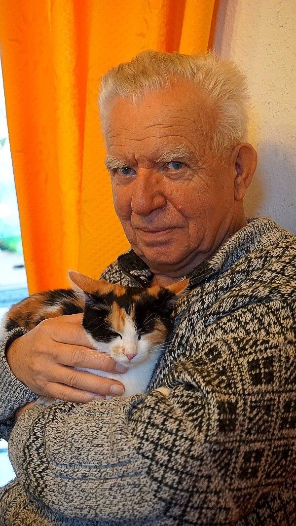 homme senior avec un chat