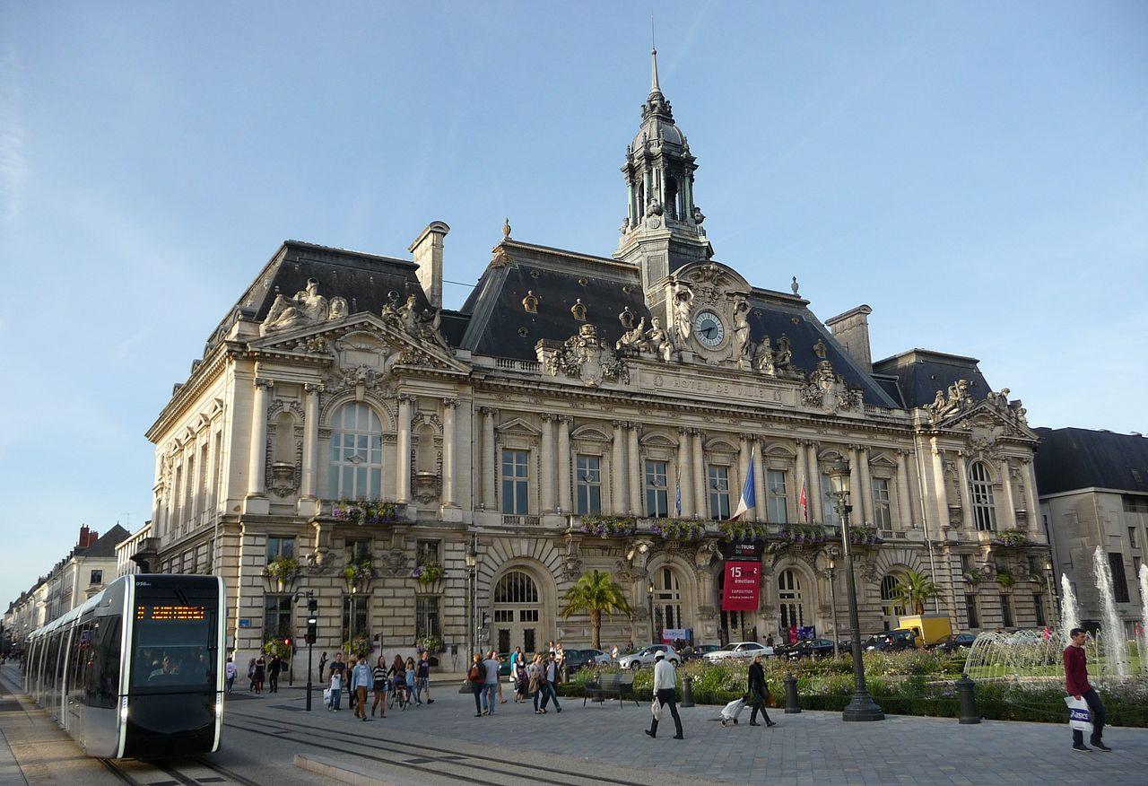 Tram_et_hôtel_de_ville_de_Tours