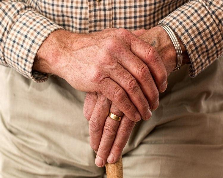 senior sous le seuil de pauvreté