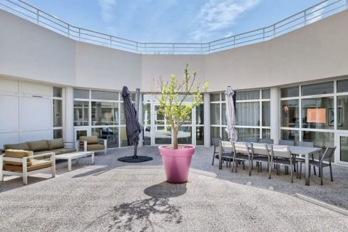 terasse-residence-senior-colisee-sausset-les-pins