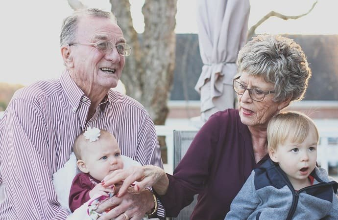 Couple de seniors avec leurs petits enfants
