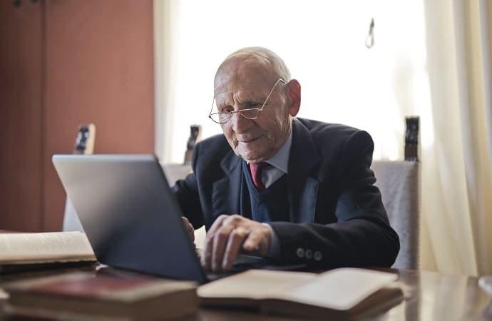 Senior qui travaille sur l'ordinateur